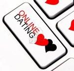 13793082-online-dating-knop-met-hartvormige-gesprek-wolk-op-het-toetsenbord